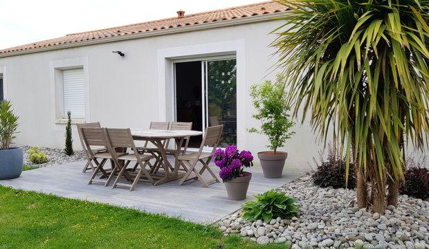 terrasse extérieure de maison individuelle en été