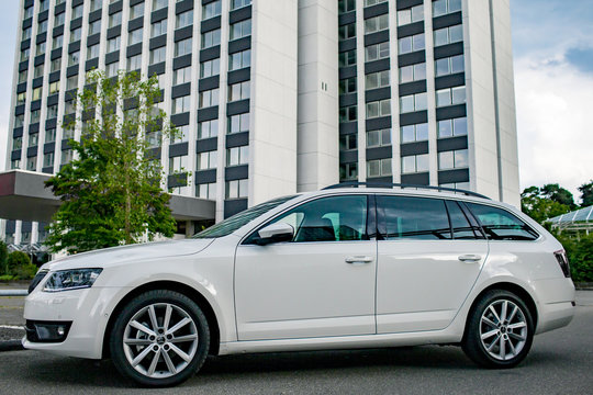 Weiße Skoda Octavia Combi-Limousine vor einem Hochhaus