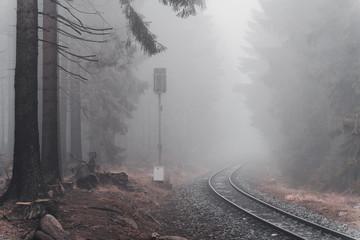 Foto auf AluDibond Eisenbahnschienen Bahnschinen im Nebel