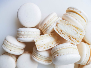 Photo sur Toile Macarons French dessert macaron with vanilla and white chocolate ganache on a white background