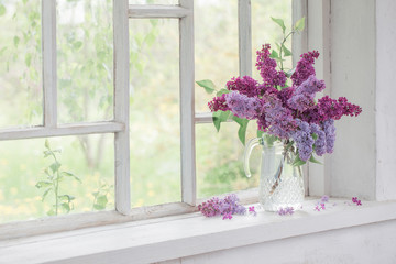 Photo sur Aluminium Lilac bouquet of lilacs in a glass jug