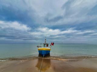 Łódź rybacka. Plaża. Morze Bałtyckie.