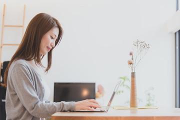 家でパソコンで仕事をする女性 Fototapete