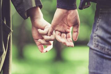 恥ずかしながら手を繋ぐカップル Fotobehang