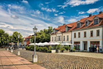 Fotomurales - bernburg, deutschland - sanierte alte häuser am karlsplatz
