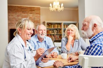 Ärztin und Senioren in Gruppentherapie Sitzung