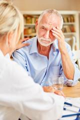 Senior Mann mit Demenz wird fürsorglich betreut