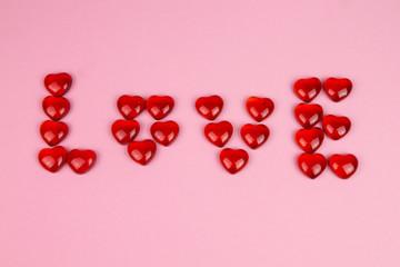 Das Wort Liebe geschrieben mit Herzen