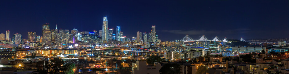 San Francisco skyline night panorama with city lights, the Bay Bridge and trail lights Fotomurales