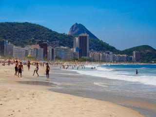 Fotomurales - Copacabana beach and mountain Sugarloaf in Rio de Janeiro, Brazil. Copacabana beach is the most famous beach in Rio de Janeiro. Sunny cityscape of Rio de Janeiro