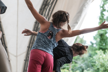 dancers mooving, contact improvisation, detail