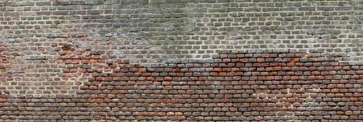 Unregelmäßig strukturierte Ziegelsteinmauer in Köln