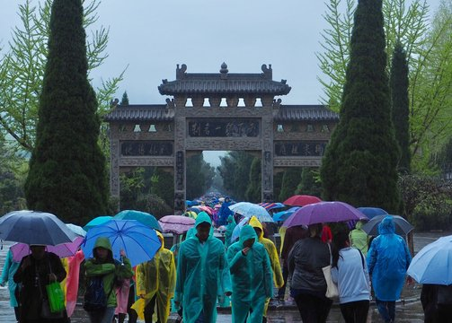 TOURISTS IN CHINA IN A RAINY DAY