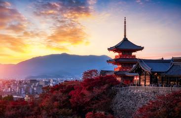 Photo sur Aluminium Japon sunset at Kiyomizu Dera Pagoda Temple with red maple leaves or fall foliage in autumn season. Colorful trees, Kyoto, Japan