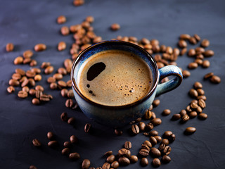 In de dag Cafe Blue Cup of fresh hot espresso coffee on a dark table with coffee beans