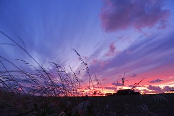 Fototapeta niesamowite chmury wiatr i kolory podczas zachodu słońca obraz