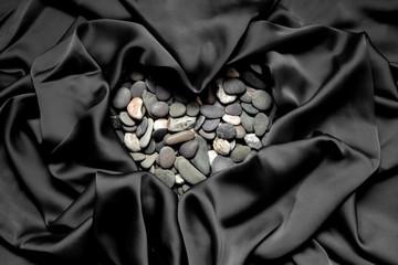 Photo sur Plexiglas Zen pierres a sable heart of stones on a black background