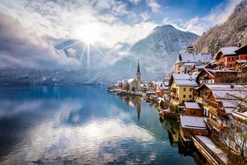 Das Dorf Hallstatt in den Österreichischen Alpen am Morgen mit Sonnenschein und frischem Schnee im Winter Fotomurales