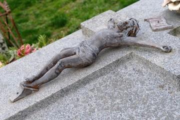 Christ sur une pierre tombale