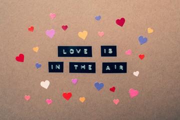 schriftzug der liebe und verliebt sein mit vielen bunten Herzen symbolisiert