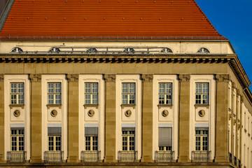 "Prachtvolle Fassadengestaltung in der Neukoellner ""Karl-Marx-Straße"""