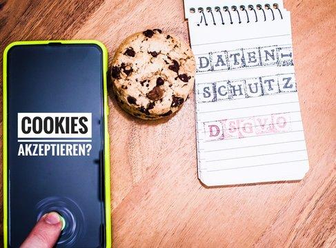 Cookies mit einem Tablet zur Verdeutlichung von Cookie Bannern für Websites mit auf deutsch Cookies akzeptieren Datenschutz DSGVO in englisch Cookies accept data protection GDPR