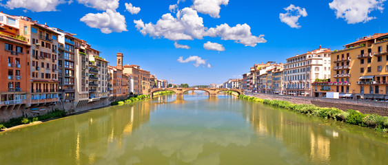 Papiers peints Toscane Ponte Vecchio bridge and Florence waterfront panoramic view