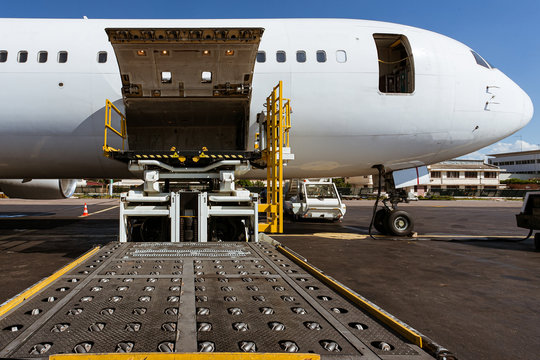 Cargo plane loading