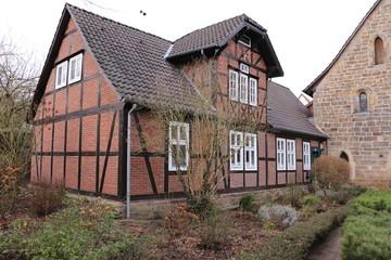 Traditionelles Fachwerkhaus auf dem Klostergelände von Kloster Loccum in Niedersachsen
