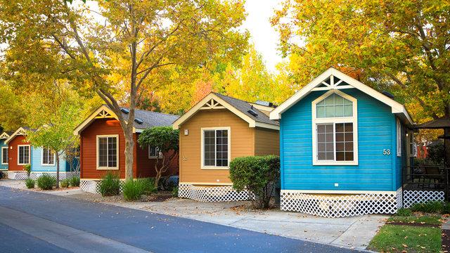 Bunte Ferienhäuser in der grünen Parklandschaft, Napa Valley USA