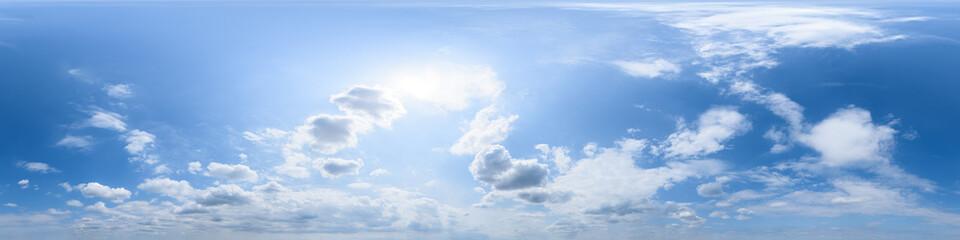 Nahtloses Panorama mit blau-weißem Himmel 360-Grad-Ansicht mit schönen Cumulus-Wolken zur Verwendung in 3D-Grafiken als Himmelskuppel oder zur Nachbearbeitung von Drohnenaufnahmen