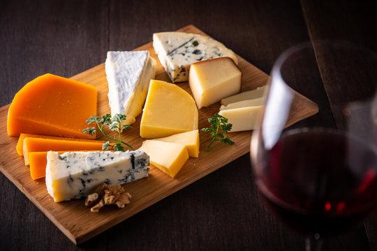 チーズの盛り合わせと赤ワイン