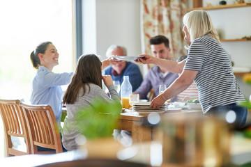 Glückliche Großfamilie beim Mittagessen