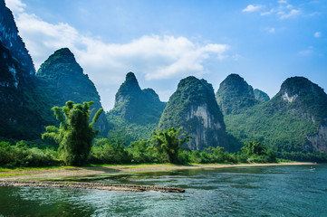 Foto op Canvas Guilin SCENIC VIEW OF RIVER AND MOUNTAINS AGAINST SKY