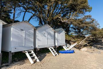 Cabines blanches sur la plage des Sableaux à Noirmoutier en l'île (Vendée, France) Wall mural