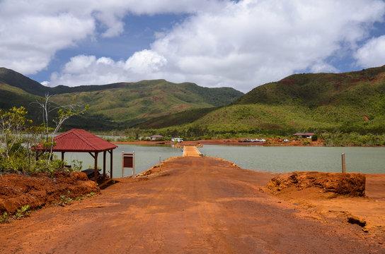 Terre rouge et ferreuse du lac de Yaté en Nouvelle Calédonie