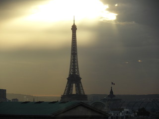 Fotobehang Eiffeltoren Eiffel Tower Against Cloudy Sky During Sunset