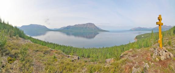 Poster Lama Łama – jezioro pochodzenia tektonicznego w azjatyckiej części Rosji otoczone przez góry Putorana.