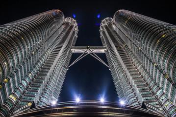 Papiers peints Kuala Lumpur LOW ANGLE VIEW OF MODERN BUILDING