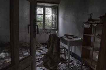 Obraz Interior Of Abandoned Old Building - fototapety do salonu