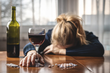 Foto auf AluDibond Bar Woman taking pills and drinking alcohol. Drugs and alcohol abuse