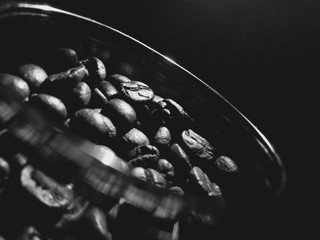 Close-Up Of Roasted Coffee Beans In Container Against Black Background Papier Peint