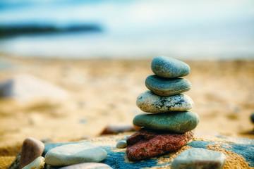 Photo sur Plexiglas Zen pierres a sable Sea pebble stones tower on beach. Balance and harmony concept