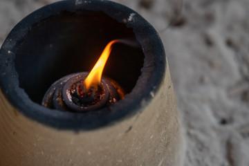 神社にある線香へ火をつける台の写真