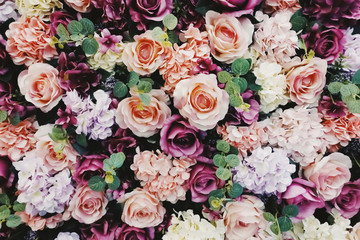 Photo sur Aluminium Fleur Close up of roses in pink, orange, red and purple hydrangea with green leave background and texture. For wallpaper, background, romance, wedding, presentation, card and floral theme. Horizontal.