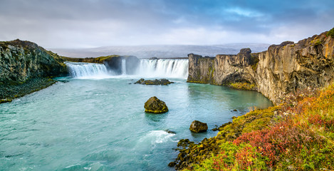 La pose en embrasure Piscine Fantastic panoramic view of powerful Godafoss waterfall. Dramatic sky over Godafoss. Location: Godafoss waterfall, Iceland, Europe. Artistic picture. Beauty world. Travel concept.