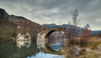 Puente viejo sobre un rio