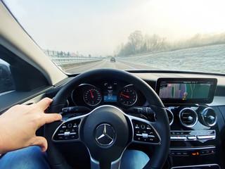 Mit der Mercedes C-KLasse 200 auf der Bundesstraße