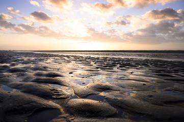 Keuken foto achterwand Grijs Epischer Himmel am Strand an der Nordsee in den Niederlanden mit Spiegelung des Himmels in nassem Sand