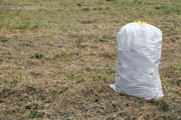 Un sacco di spazzatura in un campo all'aria aperta